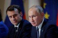 Макрон закликав Путіна відвести війська та техніку від кордонів України