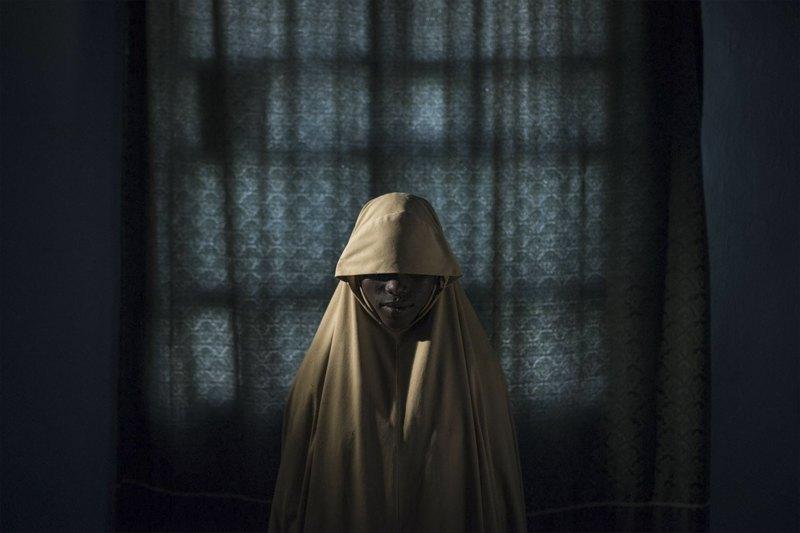 Айша, 14 лет. Похитившие девушку члены радикальной нигерийской исламистской организации «Боко харам» собирались заставить ее стать смертницей. Айше удалось сбежать.
