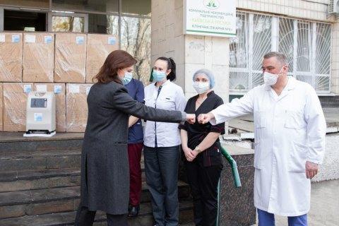 Марина Порошенко передала 18 кислородных концентраторов в больницы Киева
