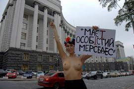 """FEMEN - Азарову: хватить насиловать уши """"особістим Мерседесом"""""""