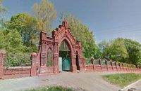 КГГА остановила ремонт кирпичного забора Байкового кладбища