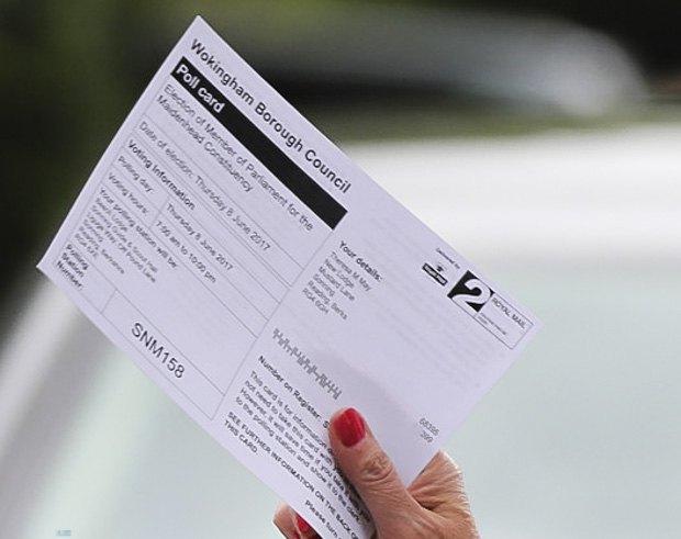 Тереза Мэй держит бюллетень перед голосованием, 8 июня 2017.
