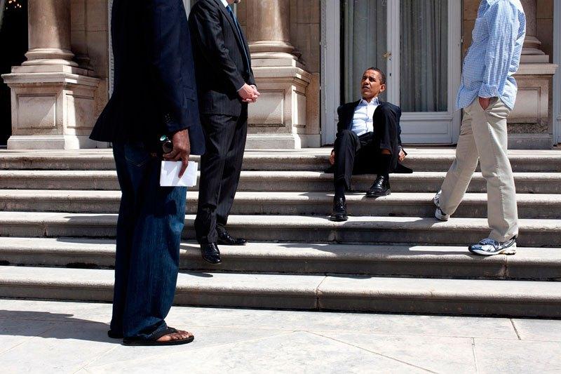 Барак Обама на ступеньках посольства США в Париже. 7 июня 2009 года