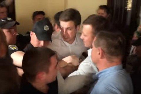 У кулуарах Київради активісти побилися з охороною