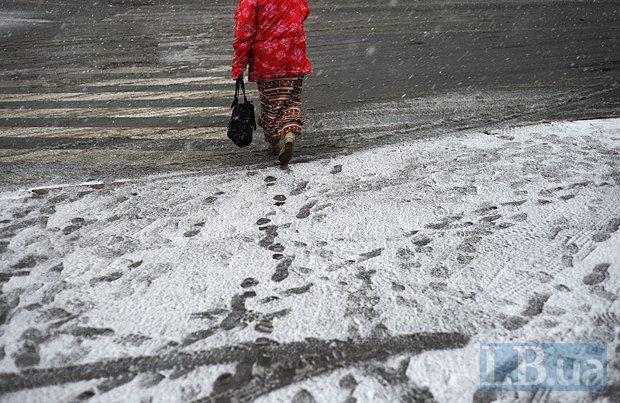 Киевлянам нужно придумать слово для обозначения снега, который выпадает в тот день, когда ты собирался пеменять летнюю резину на зимнюю