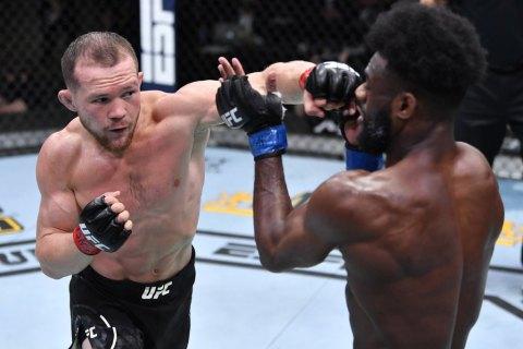 В скандальном поединке россиянина лишили чемпионского пояса UFC за запрещенный удар: соперник готов на матч-реванш