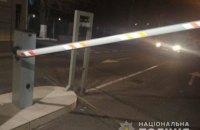 В Одессе пьяный полицейский снес шлагбаум и сбил двух пешеходов