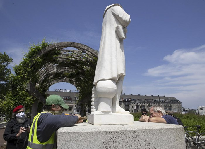 Коммунальщики осматривают обезглавленную статую Христофора Колумба в парке Бостона