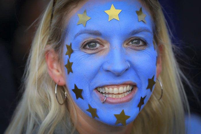 Британка в цветах евросоюза во время акции против Brexit в Лондоне, 19 октября 2019.