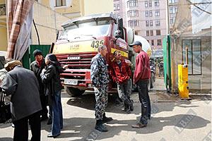 Киевляне не пускают бетономешалки на незаконную стройку