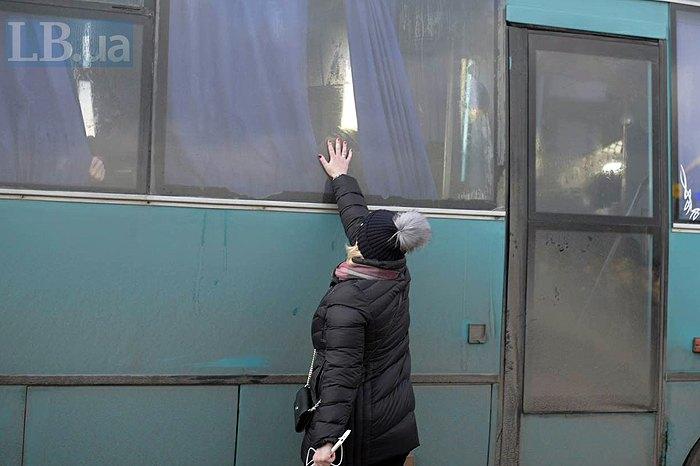 Ирина Геращенко возле автобуса з украинскими пленными после освобождения на месте обмена