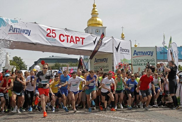 Понад 10 тисяч професійних бігунів і любителів бігли «під каштанами»