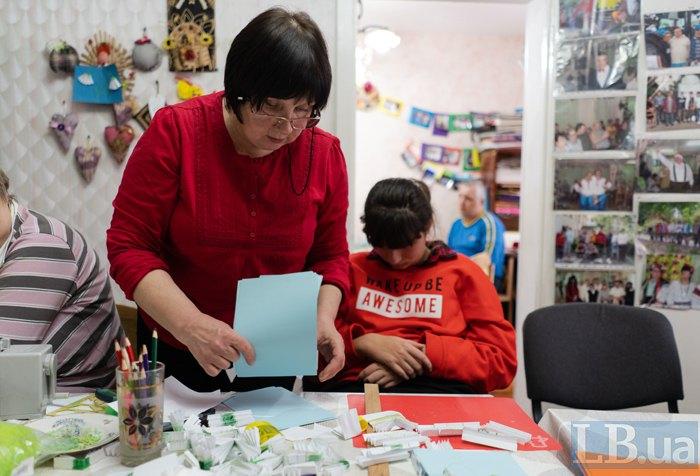 Валентина Степанiвна допомагає з матеріалами