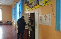На Донеччині виборці приходять на дільниці з брендованими масками від кандидата