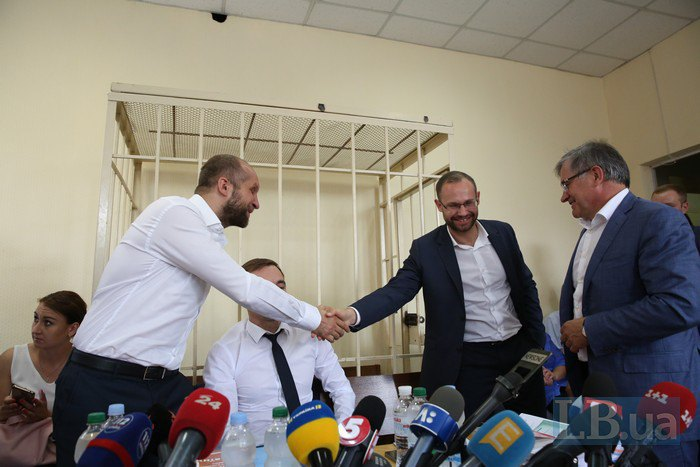 Подозреваемый Поляков здоровается с Павлом Пинзеником, главой Регламентного комитета Верховной Рады