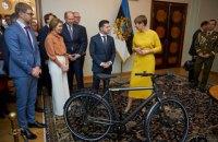 Офіс президента розповів, що Зеленському дарували в 2019 році