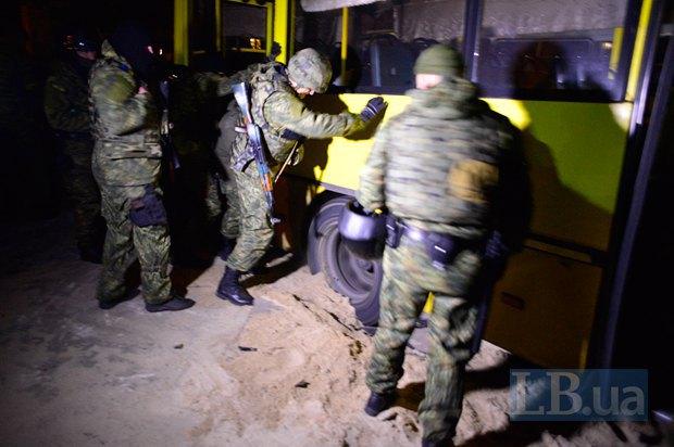 """Бойцы батальйона """"Миротворец"""" пытаются откопать застрявший автобус"""