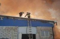 У Харківській області рятувальники цілу ніч гасили пожежу на складі гумових виробів