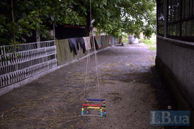 На подвір'ї самотньо висить гойдалка, розкидані дитячі іграшки – на перший погляд, нічим не примітний будинок Степанюків