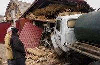 Під Києвом вантажівка-асенізатор після потрійної ДТП влетіла в гараж, постраждали дві жінки