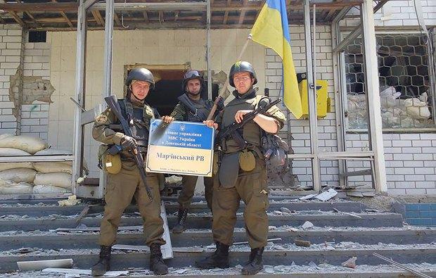 У здания отделения милиции в Марьинке