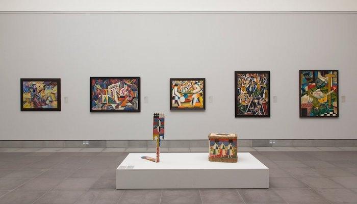 Экспозиция с прялкой, якобы расписанной Малевичем. Выставка «Русский модернизм 1910-1930» в MSK Ghent