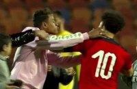 Футбольный фанат выбежал на поле и попытался поцеловать Салаха