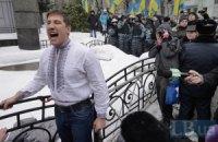 Молодые активисты приковали себя к забору возле администрации Януковича (ДОБАВЛЕНЫ ФОТО)