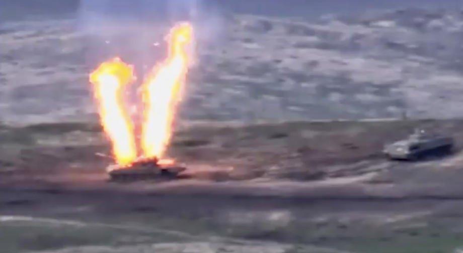 Cкрин видео предоставленного минобороны Армении, на котором видно поражение танка армии Азербайджана в Нагорно-Карабахской Республике, на границе Армении и Азербайджана, 27 сентября 2020.