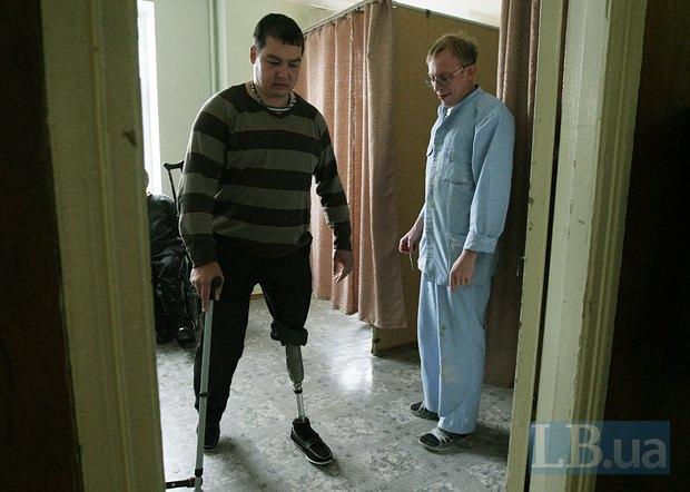Александр Кикин тернируется ходить на протезе