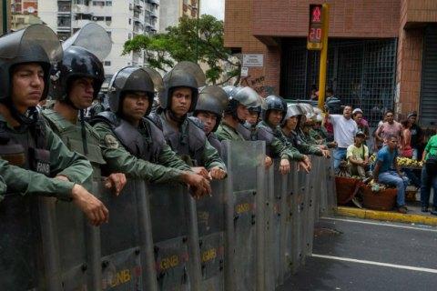 В Венесуэле полиция разогнала толпу требующих еды демонстрантов слезоточивым газом