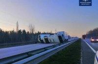 На одесской трассе под Киевом грузовик врезался в остановившиеся автобусы, два человека погибли