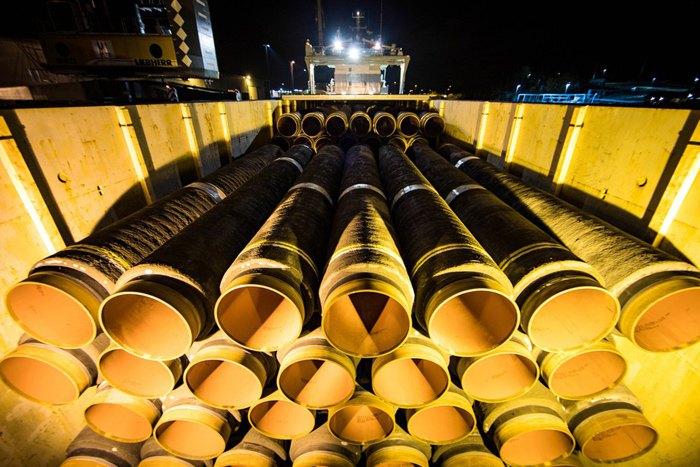 Погрузка труб для строительства *Северного потока-2* в порту Мукран в Германии