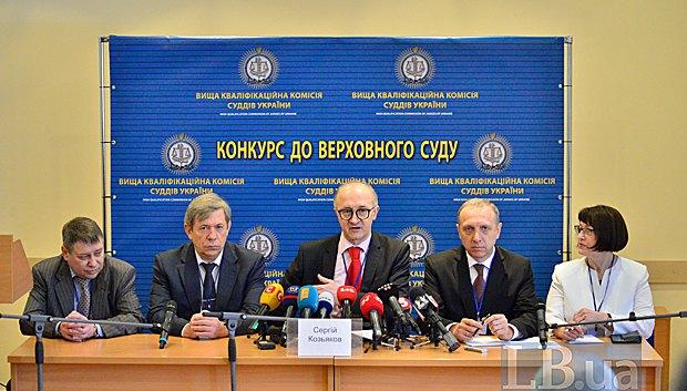 Голова ВККС Сергій Козьяков (в центрі) підчас брифінгу