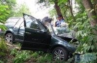 ДТП в Киеве: Volkswagen влетел в дерево