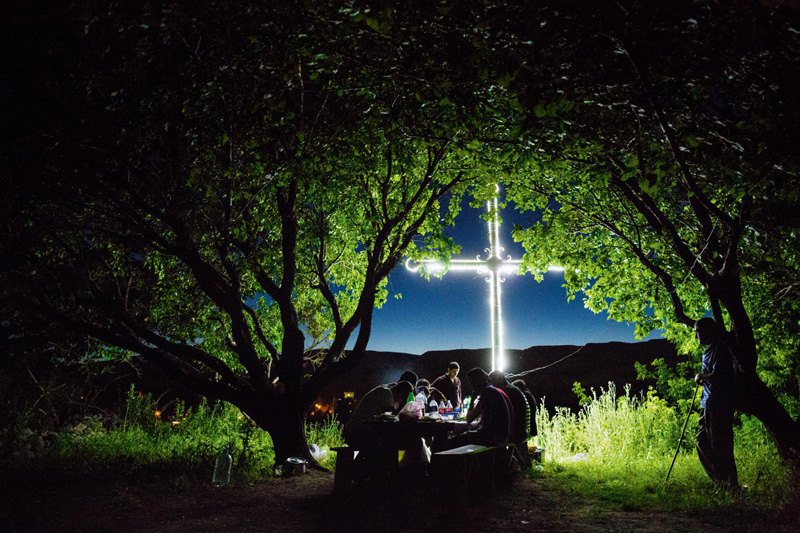 Семья собралась за ужином под абрикосовыми деревьями, Багаран, Армения.