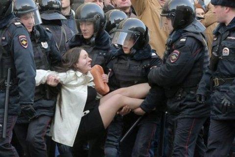 В России героиню фото с акции против коррупции оштрафовали