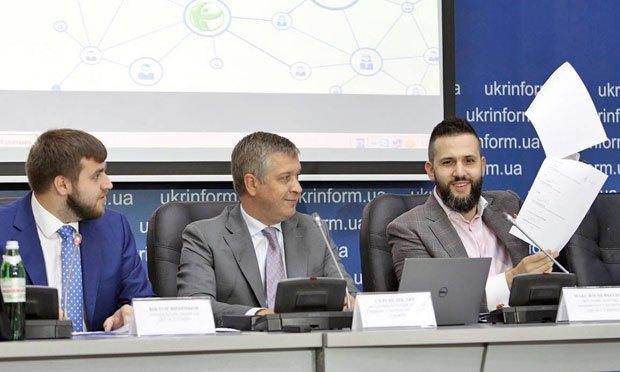 Зліва направо: Максим Вішньов, Сергій Шкляр та Максим Нефьодов під час прес-конференції щодо створення електронної системи з продажу майна ліквідованих банків