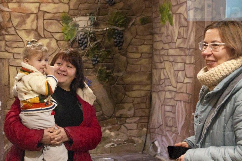 Наташа із Софійкою та Оля (справа)