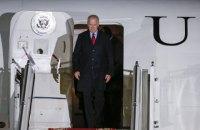 Байден тричі впав, піднімаючись трапом президентського літака