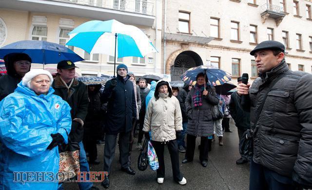 Виктор Романюк вместе с активистами во время пикета Администрации Президента с требованиями прекратить фальсификации на округе