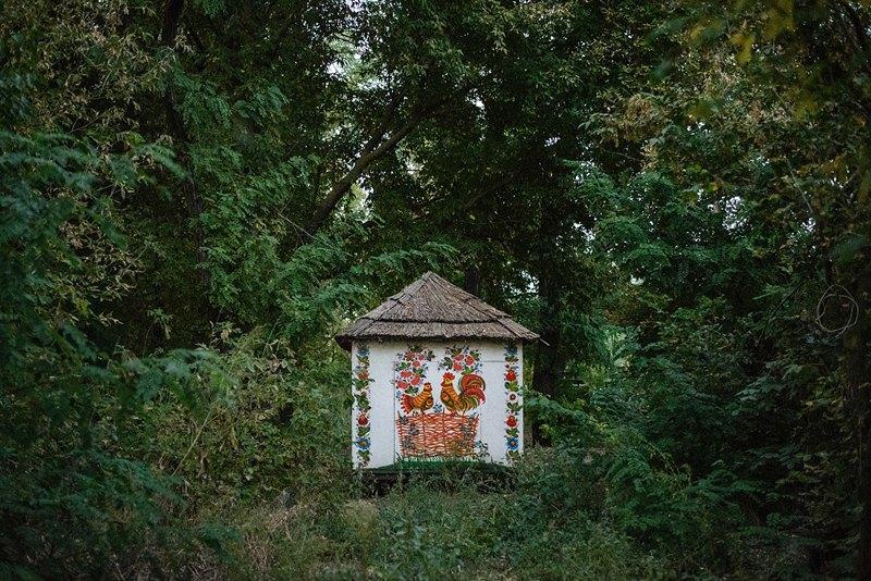 Передвижной расписанный домик на «Миколиному хуторі», принадлежащем Николаю и Валентине Декам. Местные жители рассматривают зелёный туризм как ещё один способ заработка.
