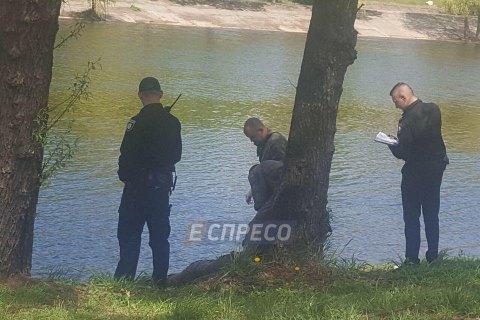 У Києві студенти-рибалки виловили з Русанівського каналу тіло чоловіка