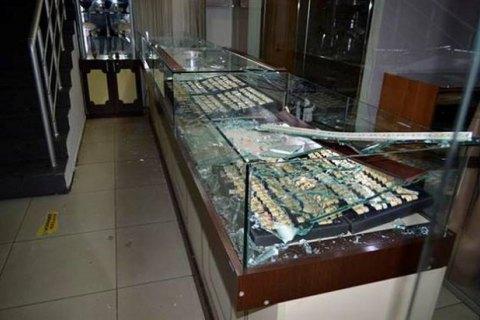 В Черноморске грабители протаранили двери ювелирного магазина и похитили украшений на 2 млн гривен