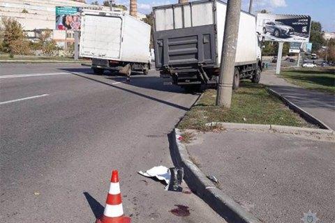 В Днепре грузовик сбил троих человек, погибла девушка