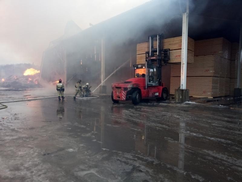 УРосії горить деревообробний завод