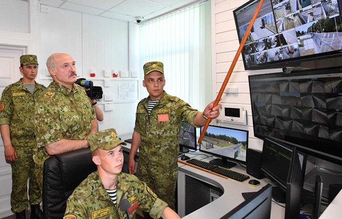 Президент Беларуси Александр Лукашенко во время визита на погранзаставу «Дивин»