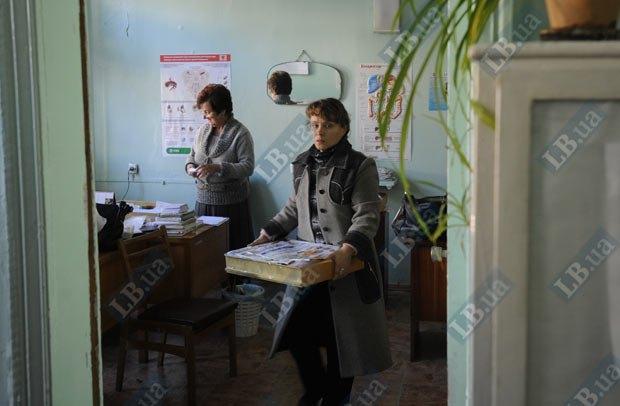 Сотрудники амбулатории пакуют вещи, 2011 год