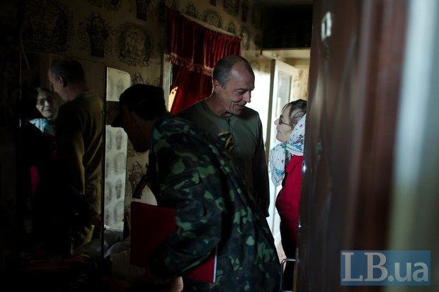 Бойцы <<Айдара>> разносят продукты по квартирам пенсионеров, которые не могут передвигаться самостоятельно