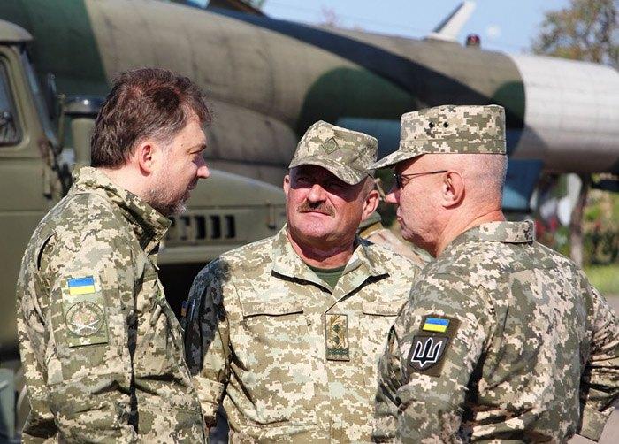 Міністр оборони Андрій Загороднюк (зліва) і начальник Генерального штабу Руслан Хомчак (справа) під час візиту до зони проведення операції Об'єднаних сил.